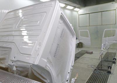 Herspuiten vrachtwagen wit